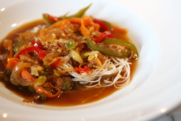 Rice Noodles with Bell Pepper, Ginger, Carrot, Onion and Tamarind Sauce
